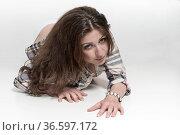 Junge Frau mit traurig sehnsüchtigen Blick liegt am Boden. Стоковое фото, фотограф Zoonar.com/Eder Christa / age Fotostock / Фотобанк Лори