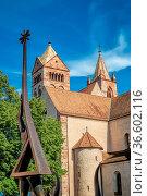 Der Münster von Breisach und die Europaskulptur. Стоковое фото, фотограф Zoonar.com/Thomas Klee / easy Fotostock / Фотобанк Лори