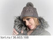 Portraitaufnahme einer jungen Frau mit blonden Haar und Strickmütze. Стоковое фото, фотограф Zoonar.com/Hans Eder / age Fotostock / Фотобанк Лори