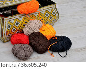 Wolle und Blechdose - Wool and tin case. Стоковое фото, фотограф Zoonar.com/lantapix / easy Fotostock / Фотобанк Лори