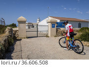 Major cyclist in Cap Blanc lighthouse, Llucmajor, Mallorca, Balearic... Редакционное фото, фотограф Tolo Balaguer / age Fotostock / Фотобанк Лори