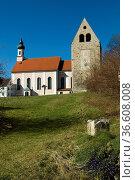 Kloster Wessobrunn u. romanischer Glockenturm, Wessobrunn, Pfaffenwinkel... Стоковое фото, фотограф Zoonar.com/Günter Lenz / age Fotostock / Фотобанк Лори