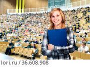 Studentin steht in einem Hörsaal. Стоковое фото, фотограф Zoonar.com/ironjohn / easy Fotostock / Фотобанк Лори