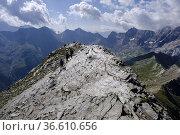 Ascending to Pimene peak, Pyrenees National Park, Hautes-Pyrenees... Стоковое фото, фотограф Tolo Balaguer / age Fotostock / Фотобанк Лори