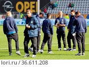 Die Braunschweiger Spieler bei der Platzbesichtigung, Fussball: 2... Стоковое фото, фотограф Zoonar.com/Joachim Hahne / age Fotostock / Фотобанк Лори