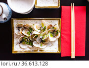Japanese sake steamed clams with ginger and green onions. Стоковое фото, фотограф Яков Филимонов / Фотобанк Лори