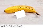 Banane - Banana and card. Стоковое фото, фотограф Zoonar.com/lantapix / easy Fotostock / Фотобанк Лори