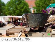 Alte Waage mit Gewichten auf einem Wochenmarkt. Стоковое фото, фотограф Zoonar.com/Karl Heinz Spremberg / easy Fotostock / Фотобанк Лори