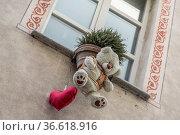 Fenster an einem Haus, welches mit verschiedenen Bären und Herzen... Стоковое фото, фотограф Zoonar.com/Eder Christa / age Fotostock / Фотобанк Лори