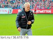 Trainer Christian Streich (Freiburg)Gestik / Geste / gestikuliert... Стоковое фото, фотограф Zoonar.com/Joachim Hahne / age Fotostock / Фотобанк Лори