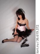 Hübsche erotische junge Frau im Burlesquestil sitzt auf dem Boden. Стоковое фото, фотограф Zoonar.com/Hans Eder / age Fotostock / Фотобанк Лори