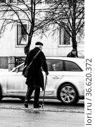 Senior mit Gehstock beim Überqueren einer stark befahrenen Strasse. Стоковое фото, фотограф Zoonar.com/Karl Heinz Spremberg / age Fotostock / Фотобанк Лори