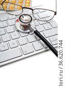 Stethoskop und Brille liegen auf Computertastatur. Стоковое фото, фотограф Zoonar.com/Thomas Klee / easy Fotostock / Фотобанк Лори
