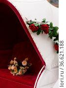Blumen auf rotem Sitz einer Hochzeitskutsche flower Bouquet on a red... Стоковое фото, фотограф Zoonar.com/André Helbig / easy Fotostock / Фотобанк Лори