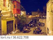 Restaurantterrasse in der Saint Ursula Street bei Nacht, Foto: Robert... Стоковое фото, фотограф Zoonar.com/Robert B. Fishman / age Fotostock / Фотобанк Лори