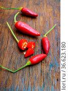 Reife Chilischoten ganz und aufgeschnitten. Стоковое фото, фотограф Zoonar.com/Thomas Klee / easy Fotostock / Фотобанк Лори