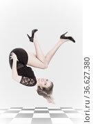 Da gehts rund - Posing einer jungen blondhaarigen Frau im schwarzen... Стоковое фото, фотограф Zoonar.com/Hans Eder / age Fotostock / Фотобанк Лори