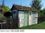 Gartenhaus mit Dachbegruenung, garden shed with green roof. Стоковое фото, фотограф Zoonar.com/Peter Himmelhuber / age Fotostock / Фотобанк Лори