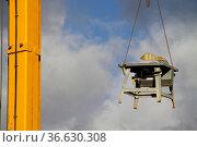 An einem Kran schwebende Kreissäge. Стоковое фото, фотограф Zoonar.com/Martina Berg / easy Fotostock / Фотобанк Лори
