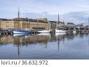 Segelboote im Hafen und das Casino Barriere, Saint Malo, Bretagne... Стоковое фото, фотограф Peter Schickert / age Fotostock / Фотобанк Лори