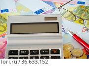Taschenrechner, Brille und Kugelschreiber auf Euroscheinen. Стоковое фото, фотограф Zoonar.com/Thomas Klee / easy Fotostock / Фотобанк Лори