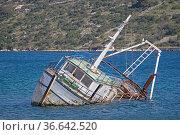 Gekenterter Fischkutter in einer Bucht an der dalmatinischen Küste. Стоковое фото, фотограф Zoonar.com/Eder Hans / easy Fotostock / Фотобанк Лори