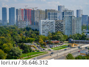 Москва, район Очаково-Матвеевское, вид сверху на Аминьевское шоссе и жилые дома разных поколений. Редакционное фото, фотограф glokaya_kuzdra / Фотобанк Лори