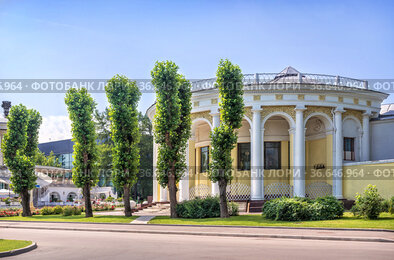Павильон с колоннами и деревья на территории ВДНХ в Москве