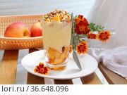 Десерт с рикоттой, персиком,яблоком и грецкими орехами на белой тарелке. Стоковое фото, фотограф Марина Володько / Фотобанк Лори