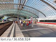 Berlin, Deutschland - 20. August 2020: ICE 4 Zug im Bahnhof Hauptbahnhof... Стоковое фото, фотограф Zoonar.com/Markus Mainka / age Fotostock / Фотобанк Лори