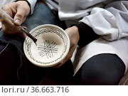 Töpfer beim Bemalen von Gefäßen in einer Töpferei. Стоковое фото, фотограф Zoonar.com/Harald Biebel / easy Fotostock / Фотобанк Лори