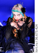Märchenhafte junge Frau mit bunten Haaren, Krone und auffälligem Make... Стоковое фото, фотограф Zoonar.com/Lars Patzek / easy Fotostock / Фотобанк Лори