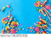 Bunte Bonbons und Lutscher auf blauem Hintergrund. Стоковое фото, фотограф Zoonar.com/Barbara Neveu / easy Fotostock / Фотобанк Лори