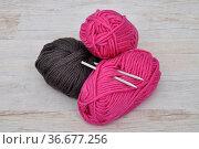 Wolle und Nadeln - Wool and needles. Стоковое фото, фотограф Zoonar.com/lantapix / easy Fotostock / Фотобанк Лори