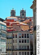 Typische Architektur mit Kirche im Hintergrund. Стоковое фото, фотограф Zoonar.com/Atlantismedia / easy Fotostock / Фотобанк Лори