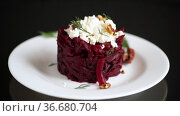 Dietary salad of boiled beets with walnuts and cottage cheese. Стоковое видео, видеограф Peredniankina / Фотобанк Лори