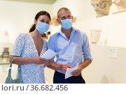 Man and woman in gallery. Стоковое фото, фотограф Яков Филимонов / Фотобанк Лори