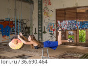 Vorbereitung für Levitationfotografie - junge Frau im Schwebezustand... Стоковое фото, фотограф Zoonar.com/Hans Eder / easy Fotostock / Фотобанк Лори