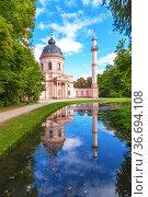 Шветцинген, Германия. Живописная мечеть, отражающаяся в пруду в парке замка (Schloss Schwetzingen) (2017 год). Стоковое фото, фотограф Rokhin Valery / Фотобанк Лори