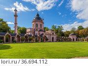 Шветцинген, Германия. Декоративная мечеть в парке замка (Schloss Schwetzingen) (2017 год). Стоковое фото, фотограф Rokhin Valery / Фотобанк Лори