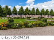 Шветцинген, Германия. Аллея с фонтаном в парке замка (Schloss Schwetzingen) (2017 год). Стоковое фото, фотограф Rokhin Valery / Фотобанк Лори