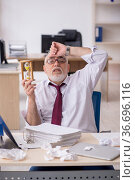 Old male employee in time management concept. Стоковое фото, фотограф Elnur / Фотобанк Лори
