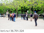Paris, France - May 11, 2017: Group of men playing petanque in a ... Стоковое фото, фотограф Zoonar.com/Oliver Förstner / age Fotostock / Фотобанк Лори