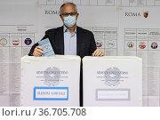 Candidate for Mayor of Rome Roberto Gualtieri votes in the municipal... Редакционное фото, фотограф Francesco Fotia / AGF/Francesco Fotia / AGF / age Fotostock / Фотобанк Лори