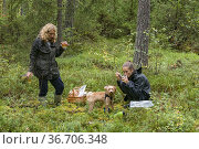 Stockholm, Sweden A mother and daughter enjoy a tea rest in the woods... Стоковое фото, фотограф A. Farnsworth / age Fotostock / Фотобанк Лори