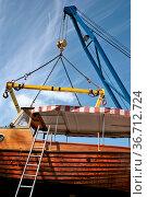 Verladung eines Holzbootes in Waren an der Müritz. Стоковое фото, фотограф Zoonar.com/Karl Heinz Spremberg / easy Fotostock / Фотобанк Лори