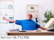 Senior male doctor extremely tired after night shift. Стоковое фото, фотограф Zoonar.com/Elnur Amikishiyev / easy Fotostock / Фотобанк Лори