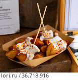 Patatas bravas served on cardboard tray. Стоковое фото, фотограф Яков Филимонов / Фотобанк Лори