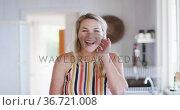 Portrait of happy caucasian mature woman smiling in the kitchen. Стоковое видео, агентство Wavebreak Media / Фотобанк Лори