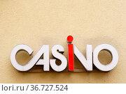 Die Nahaufnahme eines Casinoschildes auf dem gelben Putz einer Fassade... Стоковое фото, фотограф Zoonar.com/Bastian Kienitz / easy Fotostock / Фотобанк Лори